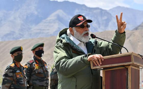 나렌드라 모디 인도 총리가 지난 3일 라다크 지역에서 군 장병을 대상으로 연설하고 있다. [AP=연합뉴스]