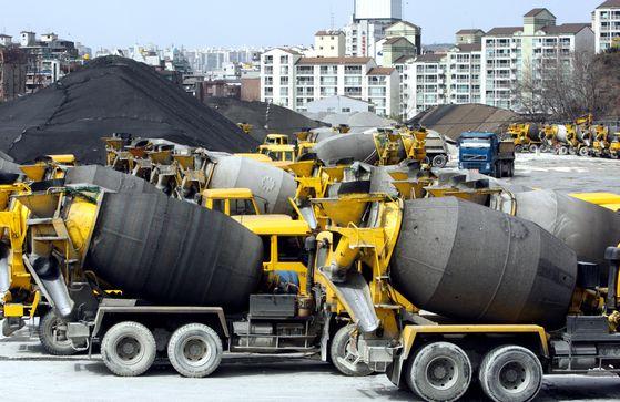 지난달 서울 시내 한 레미콘 공장에 운반 차량들이 줄지어 멈춰 서 있다. [중앙포토]