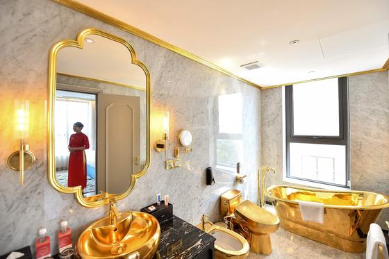 베트남 하노이에 등장한 황금으로 된 호텔. 객실 화장실의 욕조‧세면대‧변기‧샤워기 등이 금으로 돼 있다. [AFP=연합뉴스]