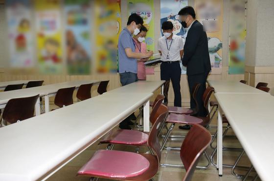 대전 서구청과 둔산경찰서 직원들이 대전 서구에 위치한 방문판매 업체를 방문해 행정명령 및 방역수칙 준수 여부 등을 점검하고 있다. 뉴스1