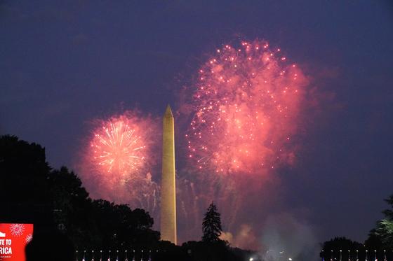 4일 미국 독립기념일을 기념해 워싱턴 상공에서 펼쳐진 불꽃놀이. 각 주는 코로나19 확산을 우려해 행사를 자제했지만 백악관은 기념 행사를 강행했다. [EPA=연합뉴스]