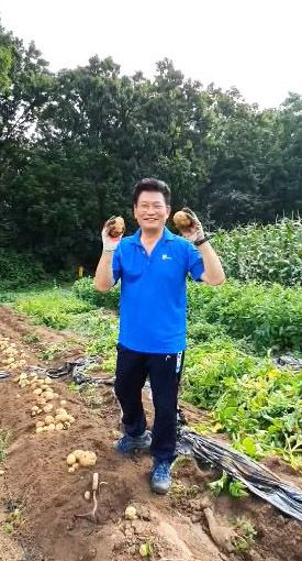 더불어민주당 송영길 의원이 4일 페이스북에 감자를 수확하는 소감을 밝히면서 북한 동요를 부르는 영상을 올렸다. [연합뉴스]