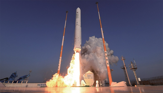한국 기술로 개발한 액체로켓 엔진을 장착한 누리호 시험발사체가 2018년 11월 전남 고흥군 나로우주센터에서 비행하고 있다. [뉴시스]
