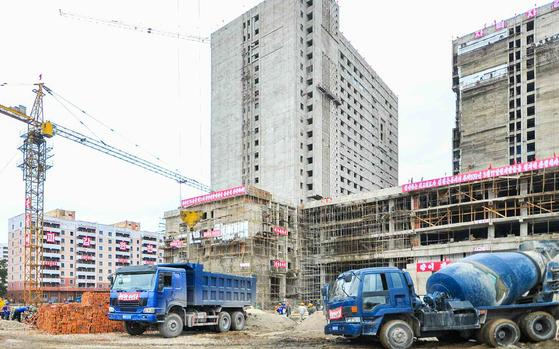 북한이 동평양 문수거리에 짓고 있는 평양종합병원 건설현장. [노동신문=뉴스1]