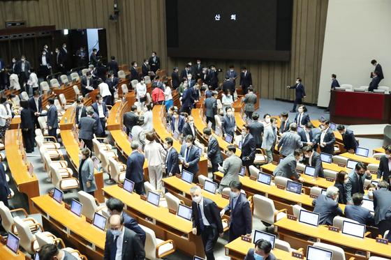 3일 밤 국회 본회의에서 3차 추가경정예산안을 단독 처리한 더불어민주당 의원들이 본회의장을 나서고 있다. 연합뉴스