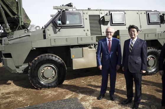 지난 2018년 1월 18일 아베 신조 일본 총리와 말콤 턴불 당시 호주 총리가 지바현 후나바시에 있는 나라시노 훈련장을 함께 방문해 육상자위대 특수 장갑 차량 앞에서 기념 촬영을 하고 있다. 일본은 호주를 비롯한 인도태평양 전략에 참여하고 있는 주요국들과 군사협력을 강화하고 있다. [AP=연합뉴스]