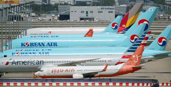 지난 5월 13일 인천 영종도 인천국제공항에 계류장에 항공기들이 멈춰서 있다. 연합뉴스