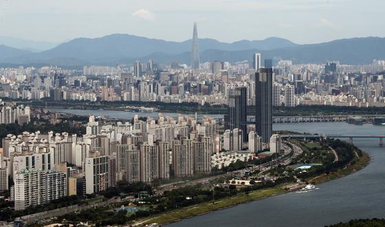 서울 영등포구 여의도 63빌딩 전망대에서 바라본 서울 도심 아파트 모습. [뉴스1]