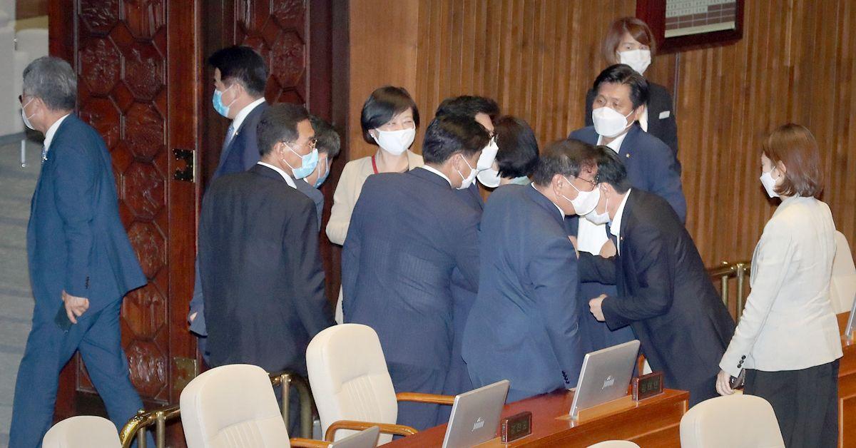 김태년 더불어민주당 원내대표가 3일 오후 서울 여의도 국회에서 열린 제379회국회(임시회) 제7차 본회의에서 본회의를 마친 후 의원들과 주먹인사를 하고 있다. 역대 최대인 35조 규모의 코로나19 대응 3차 추경안은 이번 본회의에서 미래통합당 의원들은 불참한 가운데 통과했다. 뉴스1