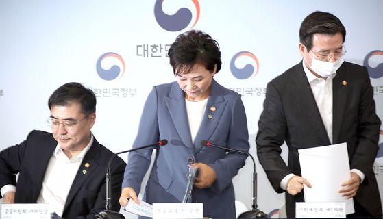 김현미 국토교통부 장관(가운데)이 지난달 17일 정부서울청사 브리핑실에서 주택시장 안정을 위한 관리방안 발표를 마친 후 이동할 채비를 하고 있다. 연합뉴스