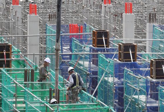 한 건설 현장에서 근로자들이 일을 하고 있다. 사진은 기사와 관련 없음. 뉴스1