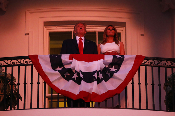 도널드 트럼프 대통령과 부인 멜라니아 트럼프 여사가 7월 4일 워싱턴에서 열린 독립기념일 행사 중 백악관 트루먼 발코니에서 불꽃놀이를 관람하고 있다. [AP=연합뉴스]