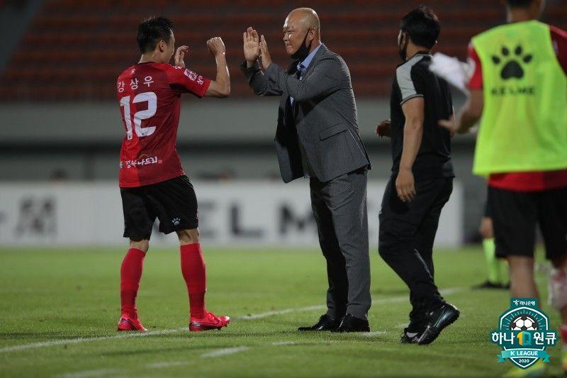 프로축구 상주 상무 강상우가 5일 전북전에서 득점 후 김태완 감독과 기쁨을 나누고 있다. [사진 프로축구연맹]