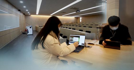 신종 코로나바이러스 감염증(코로나19) 여파로 대학들이 온라인으로 강의를 대신하자 학생들이 노트북 등을 이용해 강의를 듣고 있다. 연합뉴스