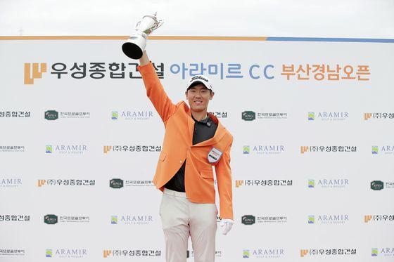 5일 열린 KPGA 코리안투어 부산경남오픈에서 우승 트로피를 들어올려 보이는 이지훈. [사진 KPGA]