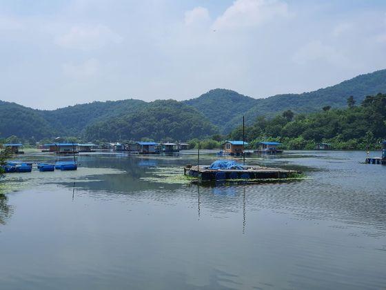 충북 진천군 초평면 초평저수지에 있는 수상 좌대. 최종권 기자