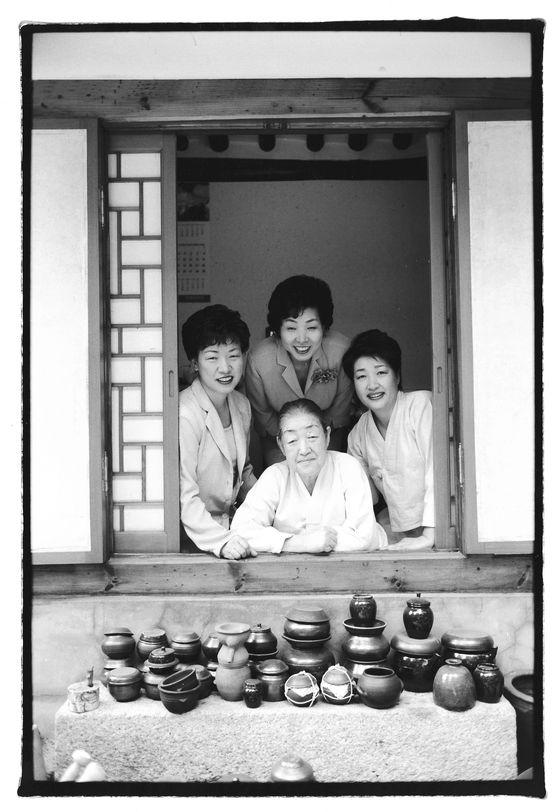 황혜성 선생과 세 딸. 한복려(가운데), 복선(오른쪽), 복진(왼쪽). 세 딸은 모두 어머니께 궁중음식을 배운 후 한식문화 발전에 기여했다.