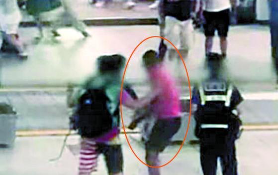 지난 4일 시민을 향해 폭죽을 터트리던 주한미군 A씨가 경찰에 붙잡혔다. 중앙포토