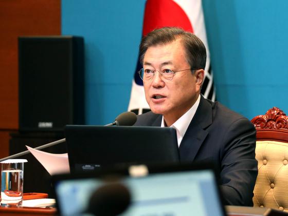 6일 오후 청와대에서 열린 수석·보좌관 회의에 참석한 문재인대통령이 회의를 주재하기에 앞서 모두발언을 하고 있다. 청와대사진기자단