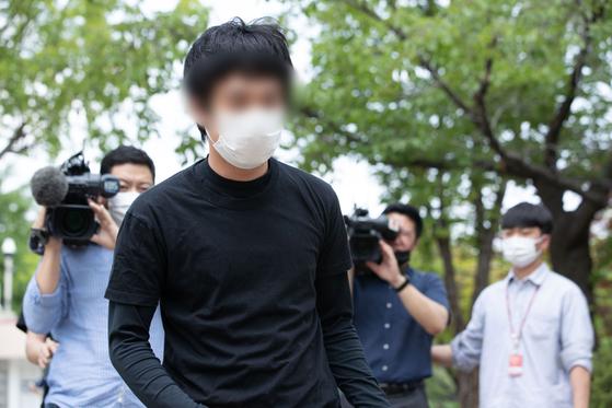 세계 최대 아동 성착취물 사이트 '웰컴 투 비디오'(W2V)를 운영한 손정우가 미국 송환이 불허된 6일 오후 경기도 의왕시 서울구치소에서 석방되고 있다. [뉴스1]