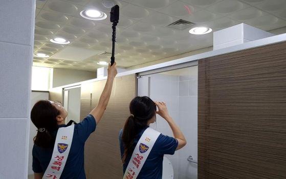 불법 촬영 카메라를 점검하는 모습. 사진은 기사 내용과 무관. 경남지방경찰청