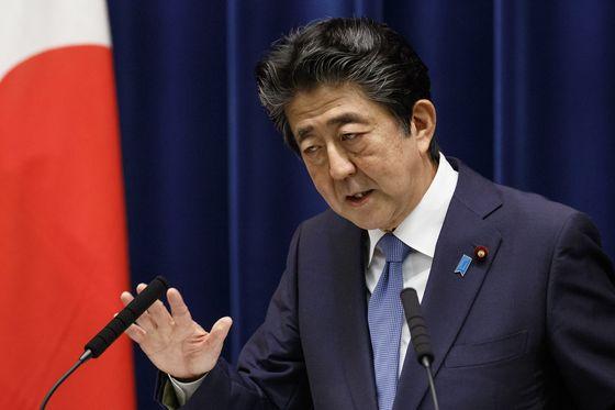 일본 언론들은 고이케 유리코 현 지사의 압승으로 끝난 도쿄도지사 선거가 자민당내 조기해산론에 불을 붙일 가능성이 있다고 6일 보도했다. 사진은 지난달 18일 총리관저에서 기자회견을 하는 아베 신조 총리. [EPA=연합뉴스]