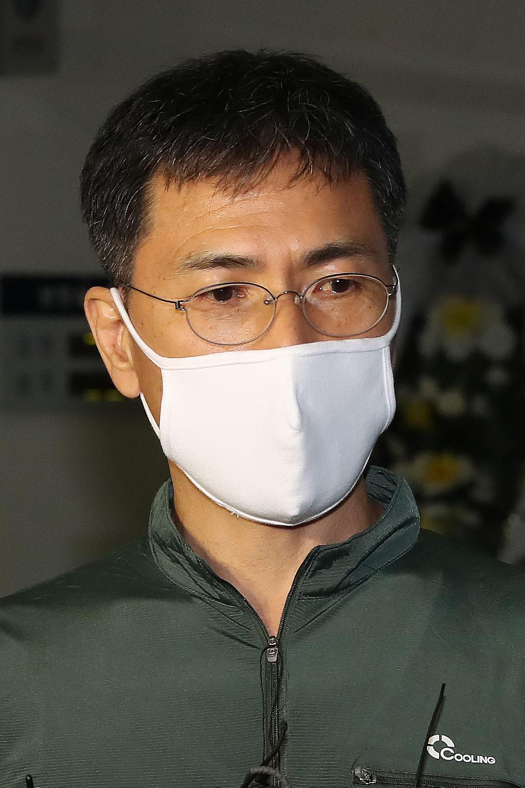 안희정 전 충남도지사가 일시 형집행정지를 받고 6일 서울 종로구 연건동 서울대병원 장례식장에 마련된 모친상 빈소에 들어서며 취재진의질문에 답하고 있다. 뉴스1