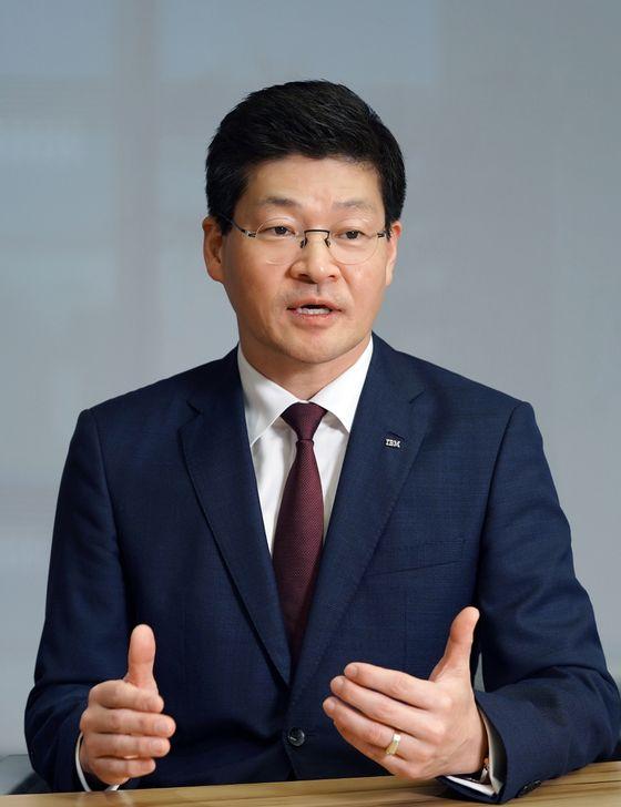 """송기홍 한국IBM 사장은 """"코로나19로 가장 달라진 것 중 하나는 예전에는 가장 저렴하게 공급망을 찾는게 중요했지만, 이제는 어떤 일이 일어나도 끊어지지 않는 공급망을 구축하는게 가장 중요하다는 점""""이라고 설명했다. [한국IBM]"""