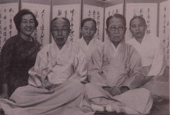 황혜성 선생(가장 왼쪽의 젊은 여성)과 마지막 왕족을 모신 한희순, 박창복, 김명길, 성옥염 주방 상궁들