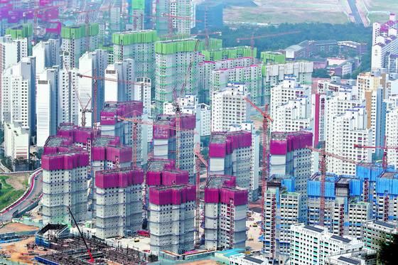 정부가 부동산 가격 안정을 위해 다주택자와 단기간 투기성 매매자에 대한 세금을 인상하는 방안을 추진 중이다. 연합뉴스.