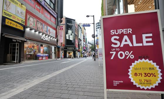 서울 중구 명동거리가 세일 홍보문구 뒤로 한산한 모습을 보이고 있다.코로나19 사태 장기화로 인한 여행객 감소로 명동거리는 세일 문구가 무색할만큼 썰렁하다. 뉴스1