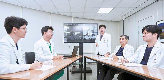 PMC박병원 의료진이 모여 척추 골절과 척수 종양으로 진단받은 78세 고령 환자의 맞춤 수술 방법과 치료 계획에 대해 논의하고 있다. 인성욱 객원기자
