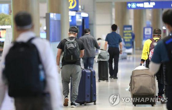 [단독] 정부, 해외입국 자가격리자 중도 출국 제한적 허용 검토