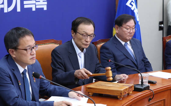 이해찬 더불어민주당 대표가 6일 오전 서울 여의도 국회에서 열린 최고위원회의에서 의사봉을 두드리고 있다. 연합뉴스