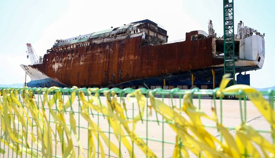 세월호 참사 6주기 지난 4월 16일 전남 목포시 목포신항만에 인양된 세월호 모습. [프리랜서 장정필]