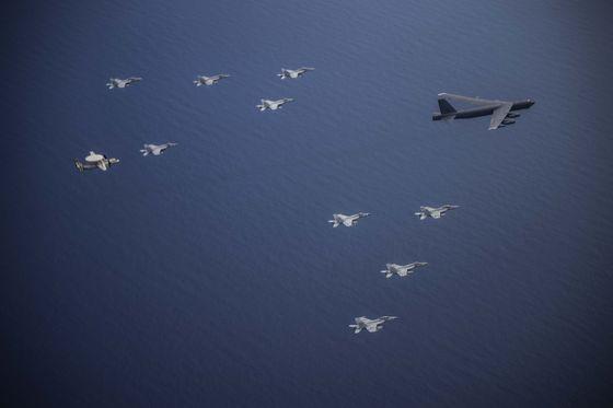 미국 본토에서 날아온 전략폭격기인 B-52H 스트래토포트리스가 미국 해군의 핵추진 항공모함인 니미츠함(CVN 68)의 F-18 수퍼호넷 전투기와 E-2 호크아이의 호위 속에서 비행하고 있다. [ 미 태평양 공군]