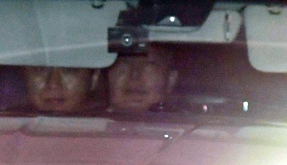 윤석열 검찰총장이 6일 오후 서울 서초구 대검찰청에서 차량 뒷자리에 탑승해 주차장을 나서고 있다.[연합뉴스]
