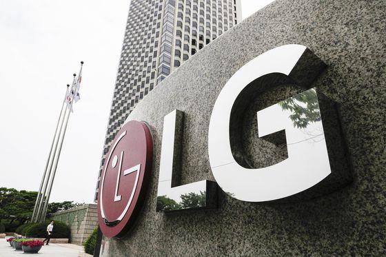 LG트윈타워 입구에 LG 로고가 설치돼 있다. 뉴시스