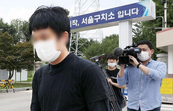 손정우씨가 6일 오후 미국 송환 불허 결정으로 석방돼 서울구치소를 나서고 있다. [뉴시스]