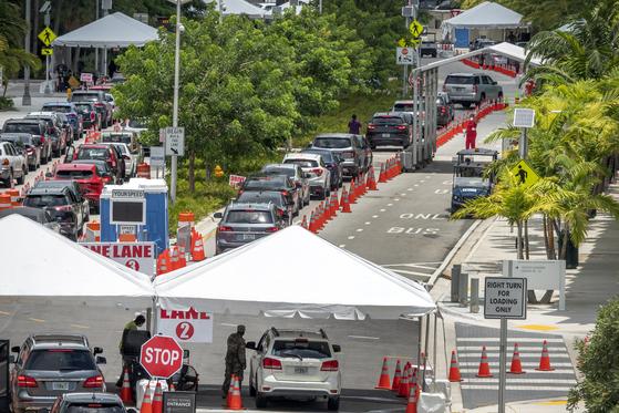 6일(현지시간) 미국 플로리다주 마이애미 해변의 드라이브스루 검사소에서 코로나19 검사를 받으려는 기다리는 사람들의 차량행렬. EPA=연합뉴스
