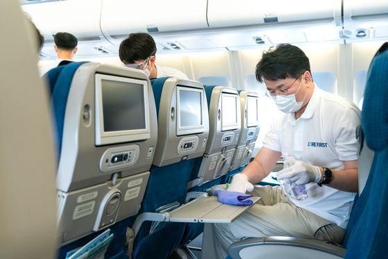 조원태 한진그룹 회장이 지난달 29일 서울 강서구 대한항공 본사 격납고에서 고객들에게 안전한 기내환경을 제공하기 위해 A330 항공기 기내 소독을 하고 있다. [대한항공 제공]