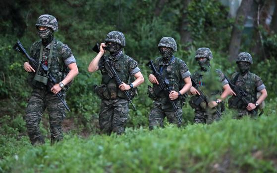 인천시 옹진군 대연평도에서 해병대원들이 야간 경계 근무를 하고 있다. 연합뉴스