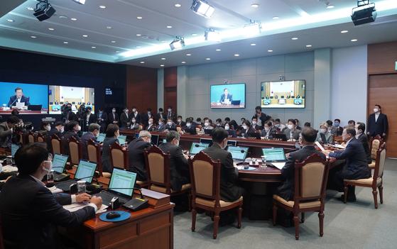 문재인 대통령이 7일 오전 청와대에서 열린 제35회 국무회의를 주재하고 있다. [사진 청와대사진기자단]