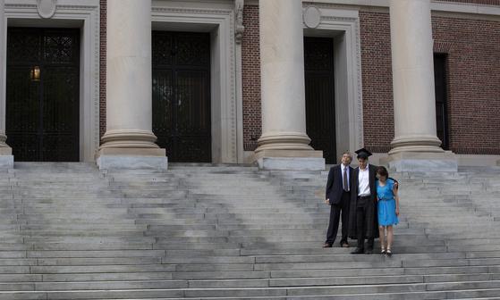미 하버드대는 코로나19 여파로 모든 수업을 온라인 강의로 대체한다. 사진은 지난 5월 하버드 교정에서 졸업사진을 찍는 모습. EPA=연합뉴스