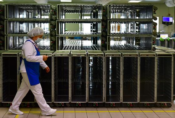 기내식은 항공사의 알짜사업으로 꼽힌다. 코로나19 여파로 지난 4월 대한항공 인천 기내식 센터의 밀 카트가 텅 비어있다. 이 센터에선 지난해 3월 하루 약 8만 식의 기내식을 만들었다. [연합뉴스]