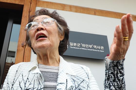 일본군 위안부 피해자 이용수 할머니가 지난달 6일 대구 중구 서문로 희움 일본군 위안부 역사관에서 열린 '대구·경북 일본군 위안부 피해자 추모의 날' 행사를 마친 뒤 취재진과 만나 이야기 나누고 있다. 뉴스1