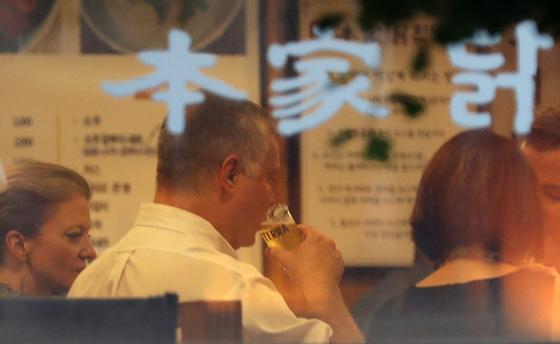 지난해 8월 22일 스티븐 비건 미국 국무부 부장관 겸 대북특별대표가 서울 광화문 인근 닭요리 전문점에서 맥주를 마시고 있다. [뉴스1]