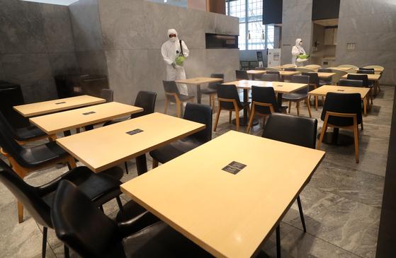 지난달 25일 대전 시내 한 식당가에서 방역업체 관계자들이 방역·소독하고 있다. 연합뉴스