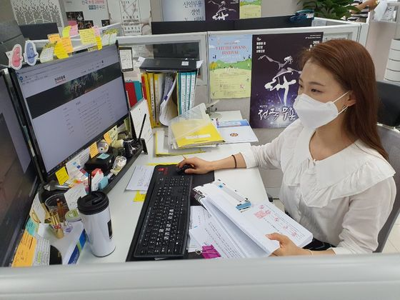한국무용협회 공연기획팀 사원 정하늘(26)씨가 공연기획 일정을 점검하고 있다. 정씨는 서울형 뉴딜일자리 청년무용예술가 인턴 사업에 선발돼 지난 3월부터 협회에서 일한다. 최은경 기자