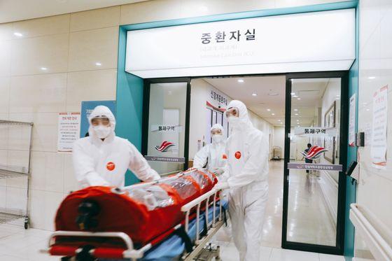 지난 4월 김정연 한림대동탄성심병원 외과 교수는 미국에서 귀국한 뒤 자가격리 중이던 응급환자 서모씨를 수술했다. 서씨는 2차 코로나19 결과 음성 판정을 받았고 수술도 성공적이었다. 사진 한림대동탄성심병원